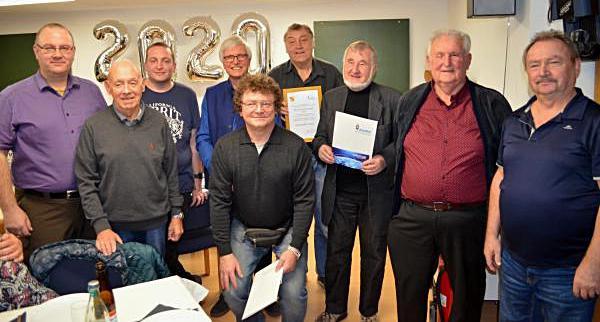 Klaus Kuhnt (links) und Alexander Brüske (3.v.l.) ehrten Klaus Weber, Hartwig Kauschat, Ralf Keller, Horst Garbe, Peter Lepach sowie Gebhard Moser und Siegfried Knöfel (von links).