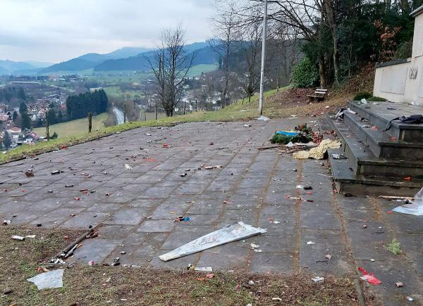 """Viel """"Neujahrs-Müll"""" auf den Straßen von Waldkirch hinterlassen. An verschiedenen Stellen in Waldkirch wurde in der Neujahrsnacht Müll hinterlassen.  Foto: Stadt Waldkirch"""