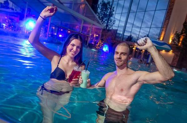 """18. Januar: Feiern in der neuen Wasserwelt in Rust - Rulantica lädt zur ersten """"Ü30-Party"""". Die Pool-Bar """"Tempel Krog"""" verwöhnt die Gäste mit leckeren Cocktails.  Foto: Europa-Park"""