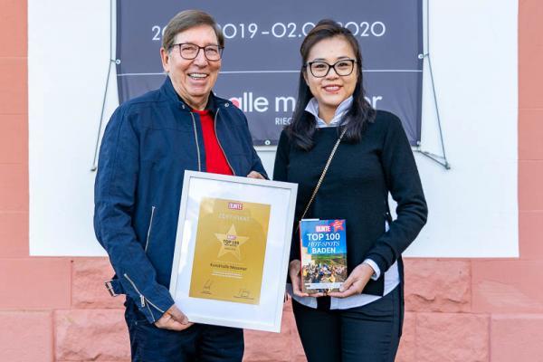 """Kunsthalle Messmer in Riegel zählt zu den """"Top 100 Hotspots"""" in Baden. Erfreut zeigen Lea Qin und Jürgen Messmer die Urkunde, die sie anlässlich der Auszeichnung erhalten haben."""