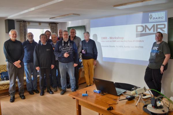 Alexander Brüske (DL1AFA, rechts) und die wissbegierige Gruppe digital funkender Funkfreunde beim DMR-Workshop des Amateurfunkortsverbandes A05, Freiburg.