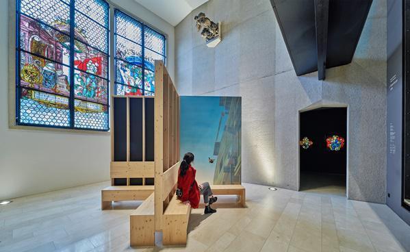 """Zeitgenössische Kunst zwischen mittelalterlichen Glasfenstern  """"Bank"""" von Susanne Kühn und Inessa Hansch  Foto: Stadt Freiburg"""