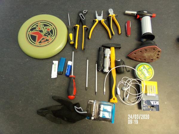 Wer kann Hinweise zu den abgebildeten Gegenstände geben  Foto: Polizei