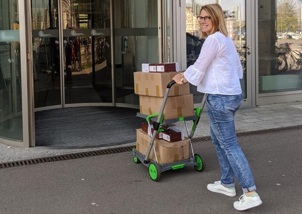 Martina Bastian von der Unternehmenskommunikation bei der Verteilung der Schokoladenpakete  Bild:  badenova