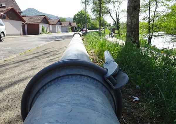 Derzeit werden die Ersatzrohre für den Abwasserkanal verlegt, damit die Kontrolle durch den Abwasserverband durchgeführt werden kann.   Foto: Stadt Waldkirch
