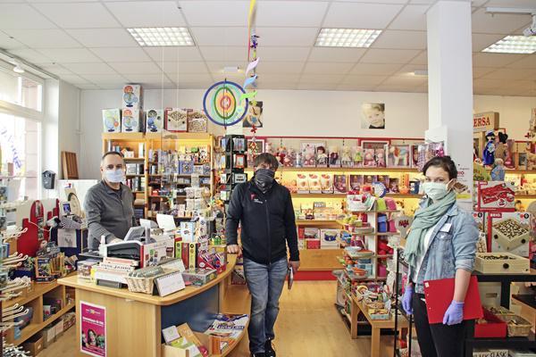 Begegnung. Vertreter/innen der Stadt kommen mit den Einzelhändlern ins Gespräch.   Foto: Würth/Stadt Offenburg