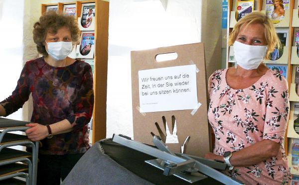 Die Lahrer haben ihre Mediathek vermisst. Karin Schmidt und Birgit König von der Mediathek haben die Sitzbereiche abgesperrt.  Foto: Stadt Lahr - Marion Haid