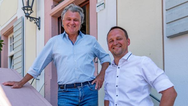 """Neue Konzepte im Schloss Reinach in Freiburg-Munzingen  - René Gessler (links) und Johannes Gessler erwarten die Gäste im """"neuen"""" Schloss Reinach   REGIOTRENDS-Foto: Jens Glade"""