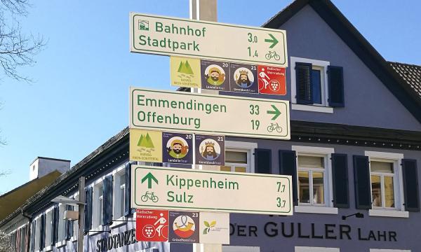 Lahr unterstützt Pläne für Radschnellverbindungen in der Regio. Radwegweiser am Rathausplatz in Lahr.  Foto: Stadt Lahr
