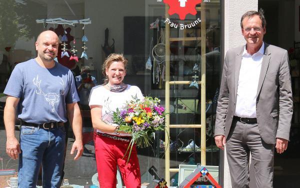 """Sympathische Imageträger für die Stadt Oberkirch. Oberbürgermeister Matthias Braun (rechts) gratulierte Tanja und Dieter Braun für hervorragendes Abschneiden bei Sat.1-Sendung """"Mit Nagel und Knöpfchen"""".  Foto: Stadt Oberkirch - Ulrich Reich"""