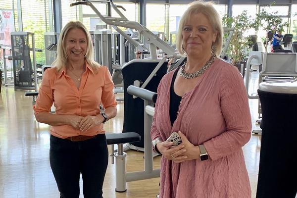 Sabine Wölfle (r)  zu Besuch im INJOY Sports- & Wellnessclub Emmendingen