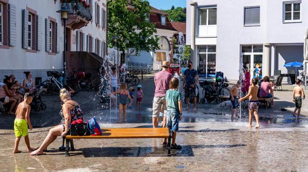 Neues Wasserspiel am Rathaus erfüllt drei Wünsche auf einmal - Das Wasserspiel wertet den Platz an der Landvogtei deutlich auf. Die Menschen verweilen gerne hier.   REGIOTRENDS-Fotos: Jens Glade