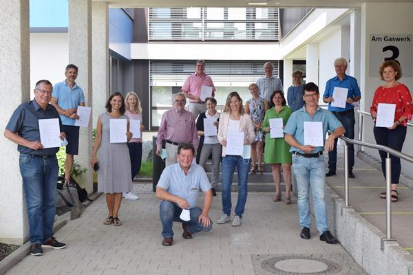 Abschlussprüfung in der Volkshochschule in Emmendingen - Stolze Absolventen halten ihr Breisgauer Weinguide-Zertifikat in ihren Händen