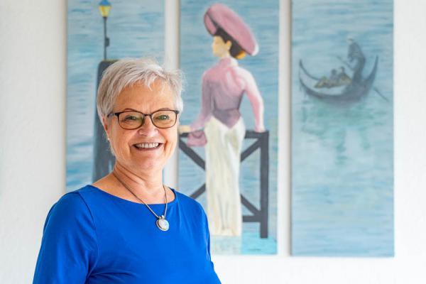 Künstlerin Monika Süther aus Emmendingen stellt bis 31. Juli ihre Werke im Kurhaus aus Künstlerin Monika Süther von einem ihrer Werke.