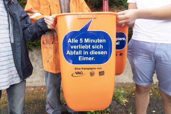 Freche Sprüche für Sauberkeit - Schüler des 8er-Rats zur Jugendbeteiligung, Freiburger Verkehrs AG sowie Abfallwirtschaft und Stadtreinigung Freiburg starteten Kampagne.  Foto: Freiburger Verkehrs AG