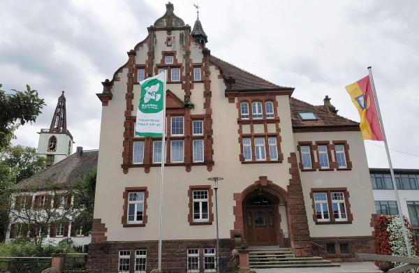 8. Juli: Für eine Welt ohne Atomwaffen - Bürgermeister Hollemann hisst in Denzlingen Flagge für den weltweiten Frieden. Flagge vor dem Alten Rathaus in Denzlingen.  Foto: Gemeinde Denzlingen