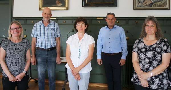 Jubiläen bei der Stadt Schopfheim gefeiert. Von links: Silke Weiß, Wolfgang Deiß, Verena Brändlin, Bürgermeister Dirk Harscher und Anja Walde.  Foto: Stadt Schopfheim