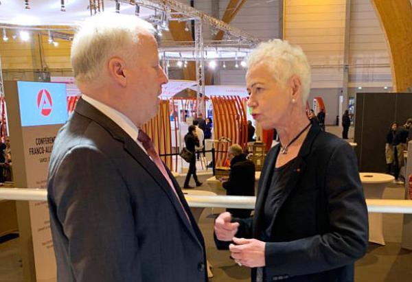 CDU-Bundestagsabgeordneter Peter Weiß gratuliert Brigitte Klinkert. CDU-Bundestagsabgeordneter Peter Weiß und die neue französische Ministerin Brigitte Klinkert bei der Eröffnung der Ausbildungsmesse in Colmar im Januar 2020.  Foto: Büro Peter Weiß