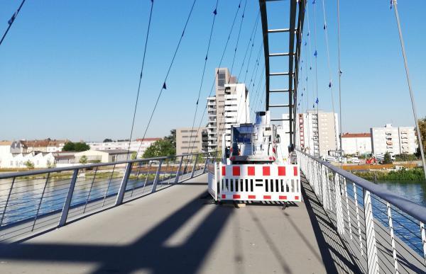 Dreiländerbrücke in Weil am Rhein bekommt neue Fähnchen - 160 Europafähnchen werden per Hubsteiger ersetzt.  Foto: Stadt Weil am Rhein