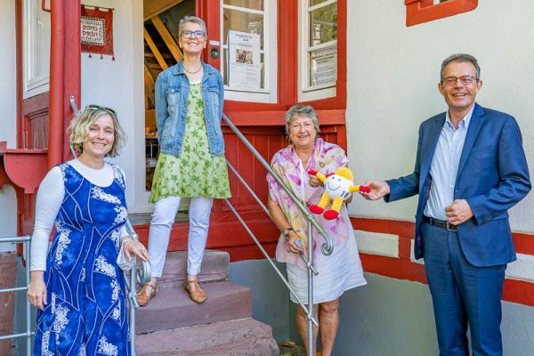 01 Jüdischem Museum Emmendingen wurden 5.000 Euro Fördergeld zugelost. Von links: Kuratorin Monika Miklis, Dorothea Scherle (Vereinsmitglied), Noemi Wertheimer (Zweite Vorsitzende) und Georg Wacker (Toto-Lotto-Geschäftsführer).