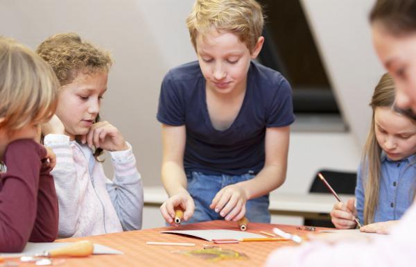 20. September: Weltkindertag im Stadtmuseum Lahr - Alles dreht sich rund um Kinderrechte. Mitmach-Atelier: Wimpel basteln.  Foto: Stadt Lahr