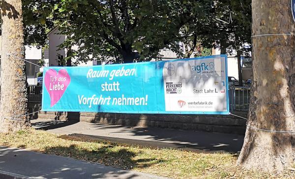 Auftakt der Europäischen Mobilitätswoche 2020 in Lahr (16. bis 22. September) - Banner-Aktion zur Verkehrssicherheit entlang der Bundesstraße 415. Raum geben statt Vorfahrt nehmen!  Foto: Stadt Lahr