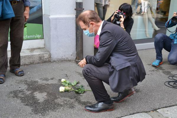 Stadt Lörrach hat erste Stolpersteine verlegt. Oberbürgermeister Jörg Lutz am Stolperstein für Heinz Leible.  Foto: Stadt Lörrach