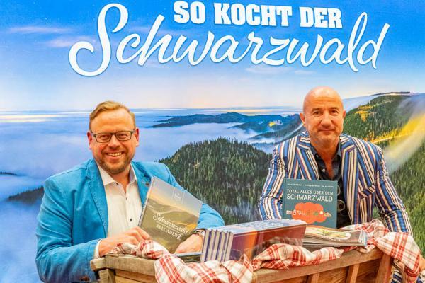 Zwei neue Bücher aus dem Schwarzwald bieten Lesestoff nicht nur für die Herbst- und Wintermonate - Ulf Tiedge (links( und Schwarzwald Tourismus Chef Hansjörg Mair stellten heute zwei neue Schwarzwaldbücher vor.