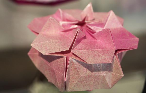 25. Oktober: Florale Schachteln - Mitmach-Atelier im Stadtmuseum Lahr. Florale Origami Schachtel von Marie Noëlle Becker.  Foto: Stadt Lahr