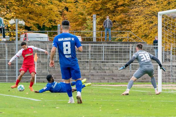 Sportclub Freiburg II gewinnt Nachholspiel gegen Bahlinger SC mit 4:3 - .. und Burkhart trifft zum 1:0.  REGIOTRENDS-Foto: Jens Glade