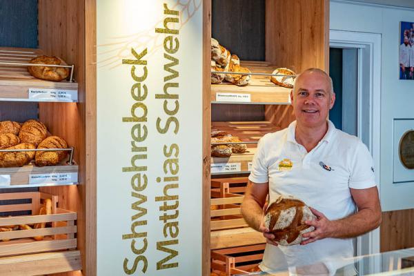 Handwerksbäcker Matthias Schwehr überrascht Kunden mit neuem Verkaufsraum. Bäckermeister und Brot-Sommelier Matthias Schwehr in seinem neuen Laden.