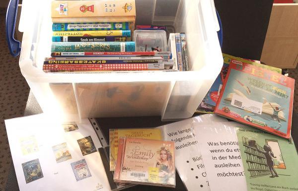 Die Mediathek kommt in Kindertagesstätten und Schulen in Waldkirch - Boxen mit verschiedenen ausleihbaren Medien wurden zusammengestellt. Verschiedene Medienboxen stehen für die Bildungseinrichtungen und Kindertagesstätten für eine kostenlose Ausleihe zum Abholen bereit.   Foto: Stadt Waldkirch
