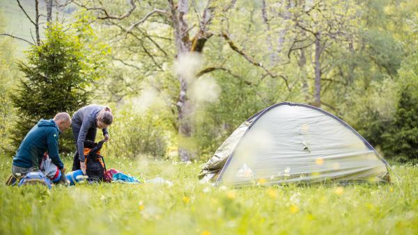 """Beim """"Trekking"""" im Schwarzwald dürfen naturverbundene Wandernde ganz legal in der Natur ihr Zelt aufschlagen.  © Naturpark Südschwarzwald/Sebastian Schröder-Esch"""