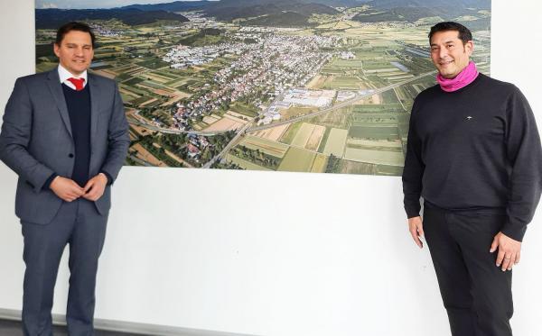 Denzlingen engagiert sich im Klimaschutz. Der SPD-Bundestagsabgeordnete Johannes Fechner (links) informierte sich in Denzlingen bei Bürgermeister Markus Hollemann über den Klimaschutz in der Gemeinde.  Foto: Büro Johannes Fechner - pm