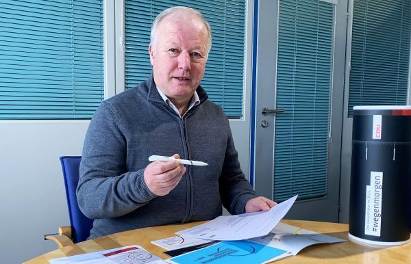 Tinte aus Emmendingen bestimmt CDU-Vorsitz. CDU-Bundestagsabgeordneter Peter Weiß zeigt einen der 1.001 Emmendinger Kugelschreiber, welche die Nachfolge von Annegret Kramp-Karrenbauer bestimmen.  Foto: Büro Peter Weiß