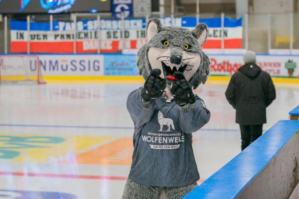 Wölfe Freiburg ringen Tölzer Löwen in der Verlängerung mit 4:3 nieder - Wolfi, das Maskottchen des EHC Freiburg grüßt von der Eisfläche.   REGIOTRENDS-Foto: Jens Glade