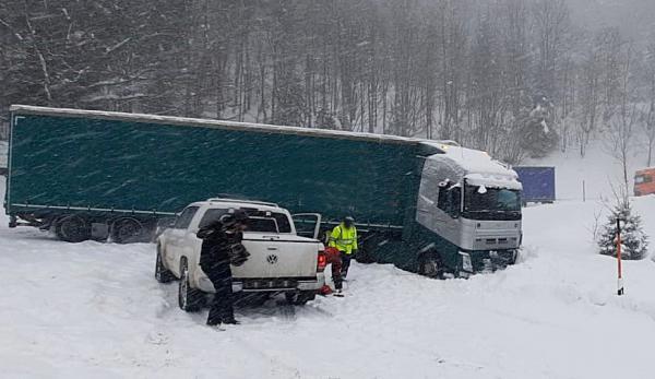 Starker Schneefall führt aktuell zu zahlreichen Unfällen und Verkehrsbehinderungen. Bei Fahl hatte sich ein Lkw festgefahren und war seitlich in den Graben gerutscht  Bild: Polizei