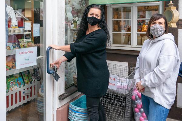 """Baby-Fachgeschäft """"My lovely Fashion"""" darf öffnen! - Inhaberin Alexandra Padelat (links) und Mitarbeiterin Sandra Fischer schlossen heute um 10 Uhr das Ladengeschäft auf. Ab sofort darf das Baby-Fachgeschäft unter Einhaltung der geltenden Hygienebestimmungen wieder öffnen."""