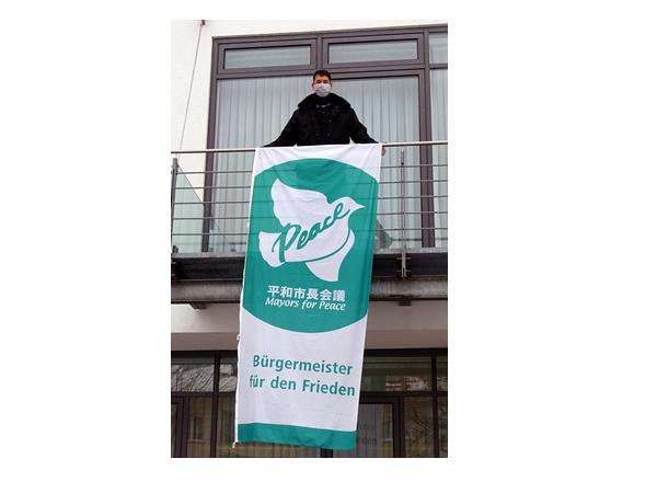 Bürgermeister Markus Hollemann mit der Flagge Mayors for Peace  Bild: Gemeinde Denzlingen