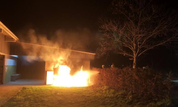 Feuer am Vereinsheim des SV Wasser - Feuerwehr musste mehrere brennende Mülltonnen in Emmendingen-Wasser löschen.  Foto: Feuerwehr Emmendingen