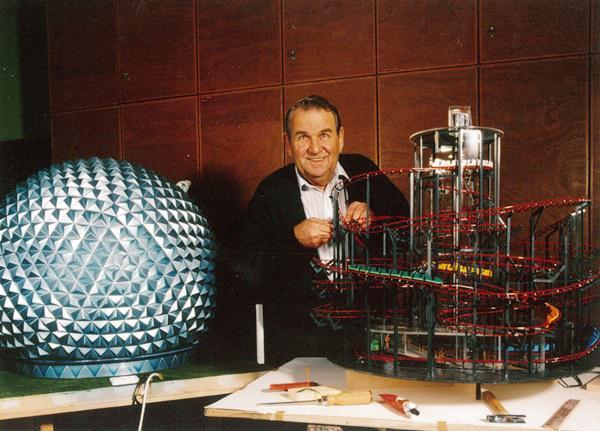 Pionier und Tüftler - Franz Mack mit seinem Modell der Dunkelachterbahn Eurosat   Bild: Europa-Park
