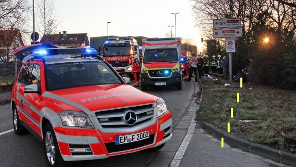 Spektakulärer Verkehrsunfall mit schwerstverletztem Fahrzeugführer in Emmendingen - Der Unfallverursacher verfehlte die leichte Kurve, schoss zwischen Verkehrszeichen und Hecke hindurch und prallte dann frontal gegen einen Baum.  Bild: FSRM