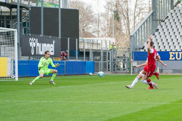 Sportclub Freiburg gewinnt Testspiel gegen den FC Basel mit 2:0. 1:0 durch Neuzugang Guus Til in der 15. Minute.