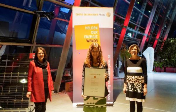 Alma Spribille, WEtell GmbH (Mitte) nahm den Georg Salvamoser Preis von Umweltbürgermeisterin Gerda Stuchlik (re.) und Maria Salvamoser (li.) entgegen.