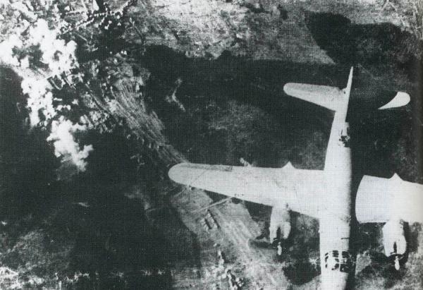 Kriegsende in Lahr 1945. Amerikanischer Bomber über Lahr 1945.  Foto: Stadt Lahr - Archiv Norbert Klein
