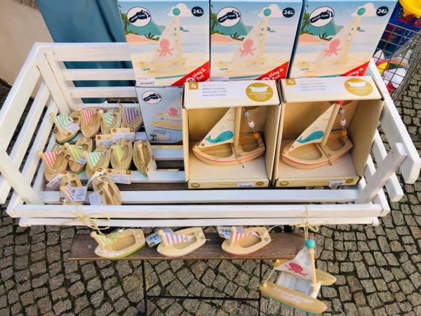 """Neu bei uns: """"Emmendinger Schiffle"""" (auch mit Personalisierung möglich)  Homepage: www.my-lovely-fashion.de Westend 17, 79312 Emmendingen, Tel. 07641/9489991 - info@my-lovely-fashion.de  ÖFFNUNGSZEITEN Montag bis Freitag 10 bis 18.00 Uhr Samstag 10 bis 16 Uhr"""