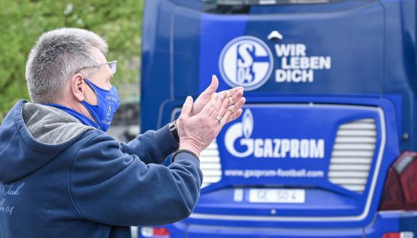 Auch ein letzter Tabellenplatz hält Fans des FC Schalke 04 in Südbaden nicht davon ab, ihr Team vor dem Gastspiel im Schwarzwaldstadion persönlich willkommen zu heißen! Wann das Team jedoch wieder als Bundesligist in Freiburg gastieren wird, wagt derzeit niemand vorherzusagen.   REGIOTRENDS-Foto: Stephan Eckenfels