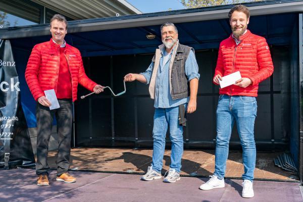 """""""Theater im Park"""" bekam mobile Bühne. Von links: Geschäftsführer Bernhard Schmolck, Organisator Dieter Frick und Marketingleiter Michael Gleichauf."""