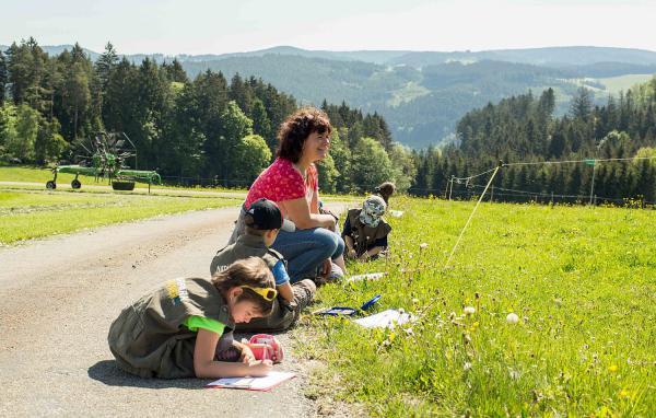 """""""Naturparke wirken!"""": Regional und nachhaltig für ländlichen Raum in Baden-Württemberg - Naturpark Südschwarzwald präsentierte Einblick in aktuelle Projekte. In den Naturpark-Kindergärten sollen den Jüngsten die Aspekte Natur und Kultur ihrer Heimat nähergebracht werden. Bei Exkursionen zu Fachleuten aus der Umgebung werden die Themen Handwerk, Natur, Kultur, Brauchtum, Wirtschaft, Geologie/Geografie et cetera erlebbar.  Foto: Naturpark Südschwarzwald e.V. - Markus Ketterer"""