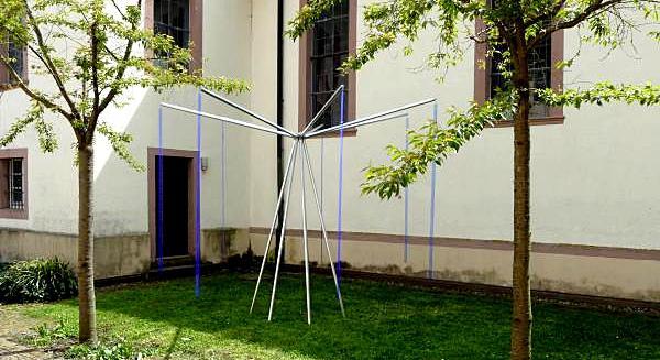 """Konrad Wallmeier zeigt das Werk """"Sieben Blau für Vier"""" an der Martin-Luther Kirche Hugstetten"""